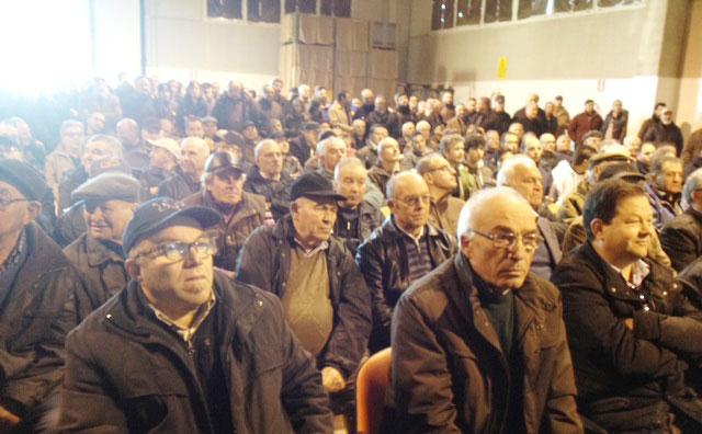 Una delle  affollate  assemblee  di coltivatori presso l'Acli, in basso Enzo Manni  di Racale,  presidente della cooperativa