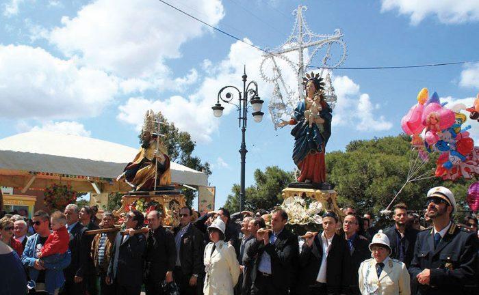 L'arrivo delle statue dei patroni sulla collina. In basso Dario Primiceri, presidente del Comitato feste patronali