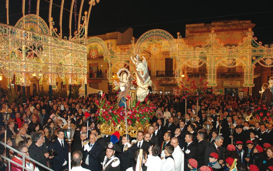Piazza addobbata per l'edizione 2011 (foto di Francesco Caputo). Accanto Antonello Chezza, presidente del Comitato festa, e don Emanuele Pasanisi