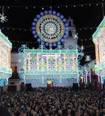 piazza Costadura luminarie e folla