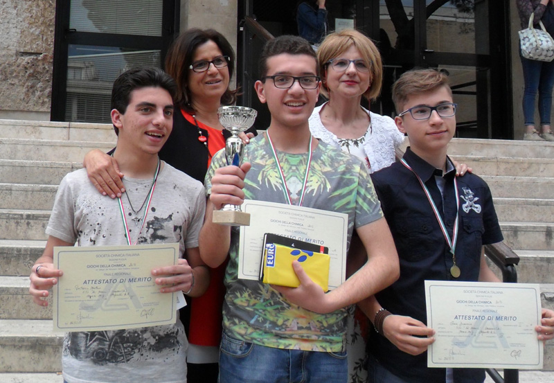 Da sinistra Matteo Portaccio, Davide Pisanò e Francesco Toma. Alle spalle le professoresse Stefanelli e Manzo