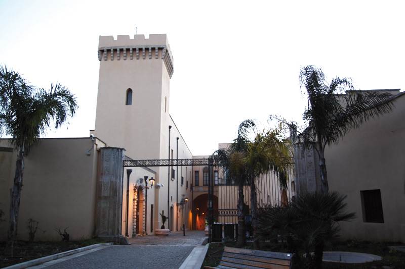 municipio di taurisano visto dalle spalle