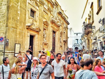 turisti nel centro storico di gallipoli 19-8-14 foto di Luigi Giungato (5)