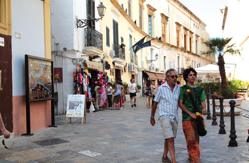 http://www.piazzasalento.it/wp-content/uploads/2015/06/turisti-nel-centro-storico-gallipoli-14.jpg
