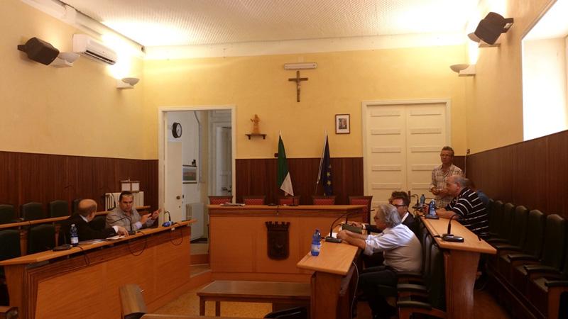Una delle ultime sedute del Consiglio comunale. In basso Francesco Errico; a destra, Cosimo Chianella