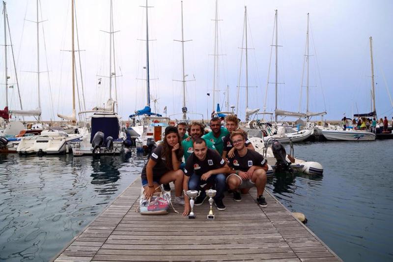 """Imparare a vivere con gli altri, questo l'obiettivo formativo che si propone l'associazione """"Alba Mediterranea"""" con il progetto """"Messaggeri di legalità"""" (nella foto l'equipaggio)."""