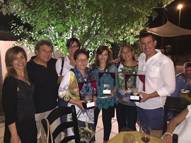Foto di gruppo, con i premi ricevu- ti a Galatone, per la compagnia di teatro dialettale. In basso Salvatore Cardinale