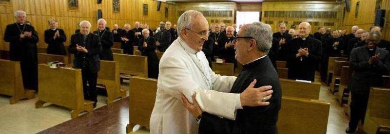 Monsignor De Donatis riceve il saluto di Papa Francesco al termine degli esercizi spirituali del 2014