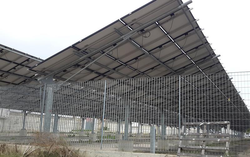 PANNELLI AL CAMPO SPORTIVO  Una pensilina di pannelli fotovoltaici si trova al campo sportivo, altri cinque impianti su immobili comunali. Nel riquadro Michele Parata