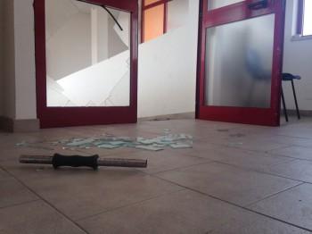 vandali nel palazzetto