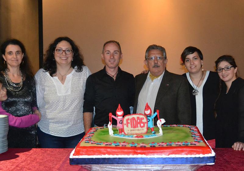 La grande torta per i 40 anni della Fidas. Il quarto da sinistra è il presidente Pintus