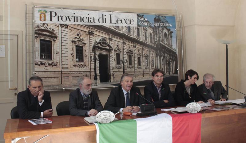 Da sinistra Pindinelli (anche sotto), il presidente della Provincia Antonio Gabellone, il sindaco di Tuglie Massimo Stamerra, la sua vice Silvia Romano e Antonio Rima direttore della biblioteca comunale