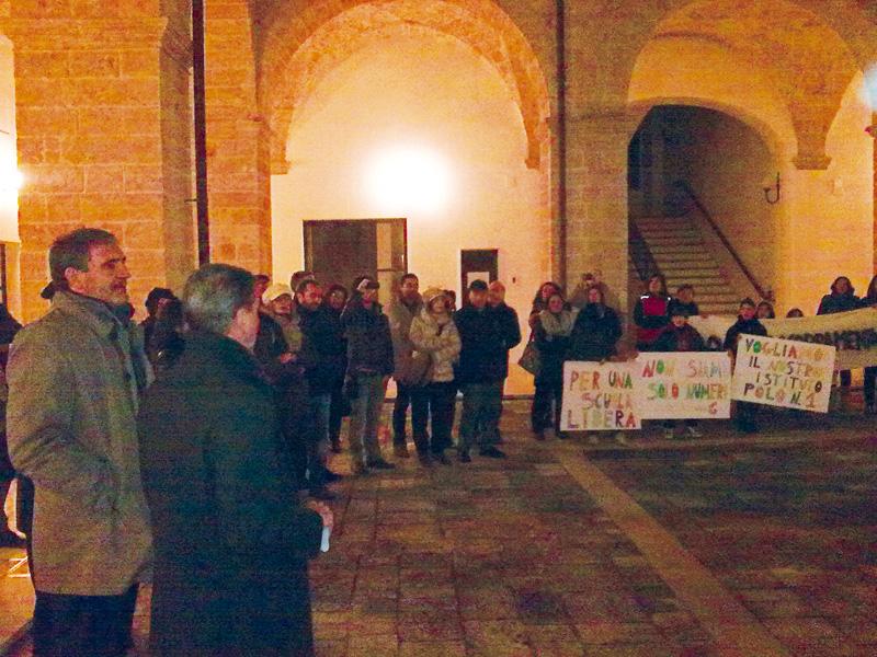 La protesta del Polo 1 di via Ruffano contro l'accorpamento nel dicembre 2012. In basso l'assessore Torsello