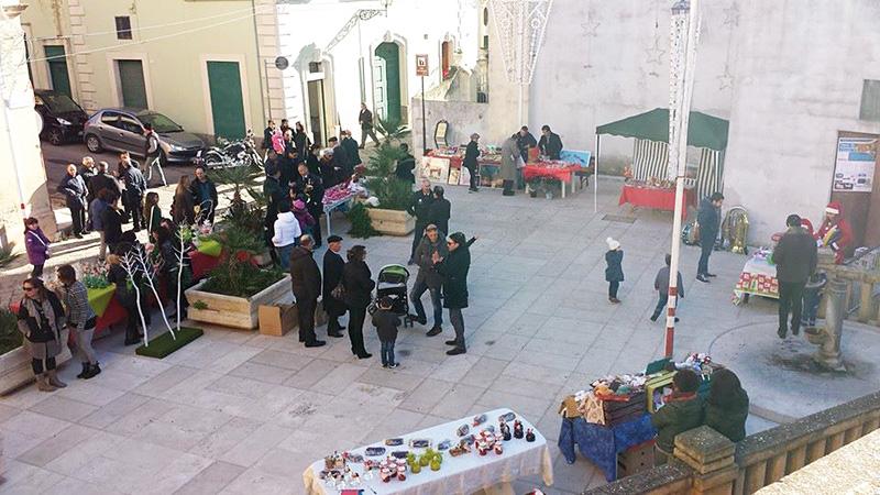 MERCATINI NATALIZI Prodotti locali, opera di artigiani, in mostra nelle piazze (la foto si riferisce a Parabita). Il clima clemente ha permesso anche l'installazione di un abete in spiaggia a Porto Cesareo. Non si contano i commenti sul web