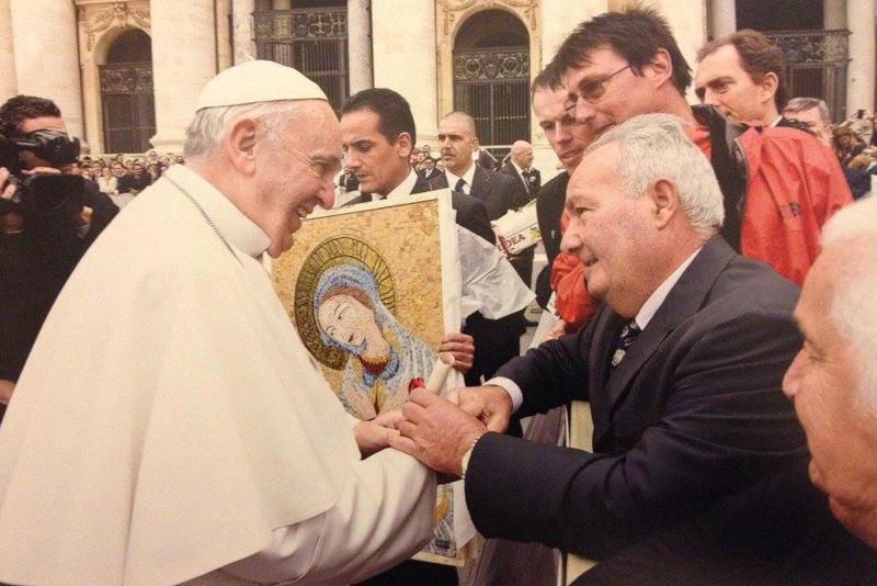 Flavio Romano saluta Francesco dopo avergli donato il mosaico
