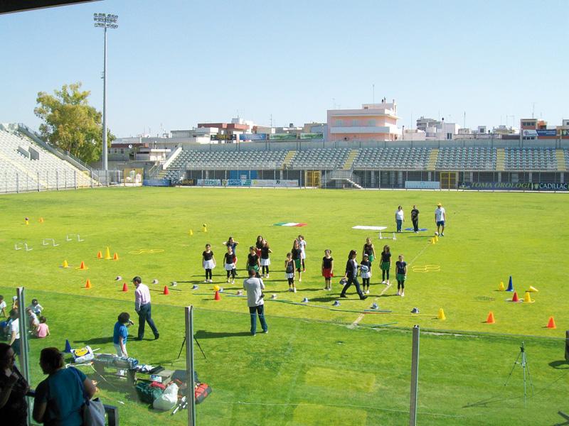Lo stadio comunale e, da sinistra, Gianni Stefàno e Paride De Masi