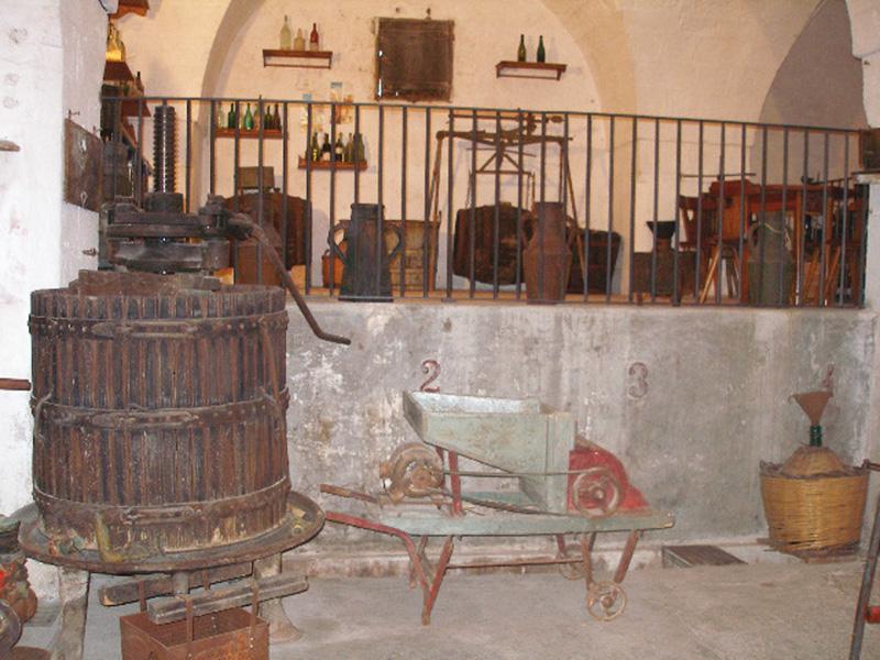 Il Museo del vino di via S. Sebastiano ospita il presepe vivente dei ragazzi delle Medie il 26 dicembre ed il 2 e 6 gennaio. Sotto la dirigente Antonia Perrone