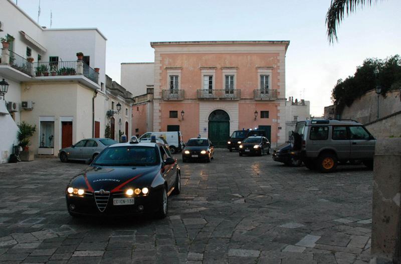 Sopra l'alba del blitz del 16 dicembre con i carabinieri in piazza Umberto I