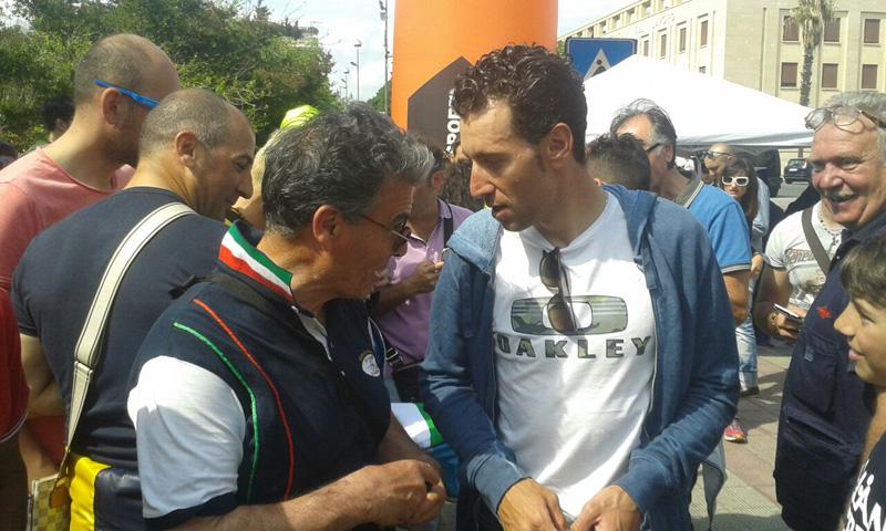 Il campione di ciclismo Nibali a colloquio con Giovanni Saccomanno. Accanto lo stesso  Saccomanno, direttore della scuola di ciclismo, e, più a sinistra, Rocco De Santis, presidente della scuola e del Gruppo sportivo tugliese