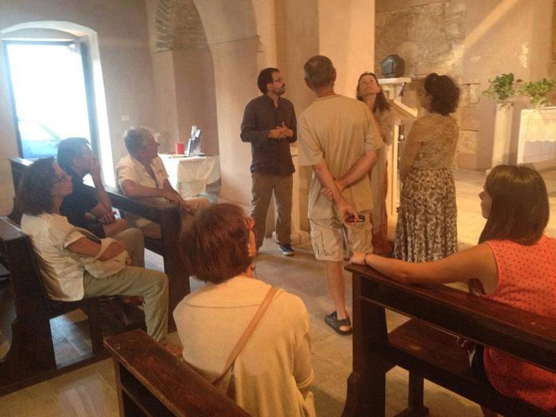 In basso da sinistra Alessandro De Marco, presidente di ArcheoCasarano, e l'assessore Ottavio De Nuzzo. Sopra turisti nella chiesetta