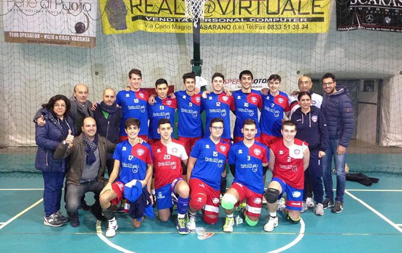 """Il team Under 19 del """"Perle di Puglia Casarano volley"""". In basso a sinistra il presidente Mauro Dongiovanni"""