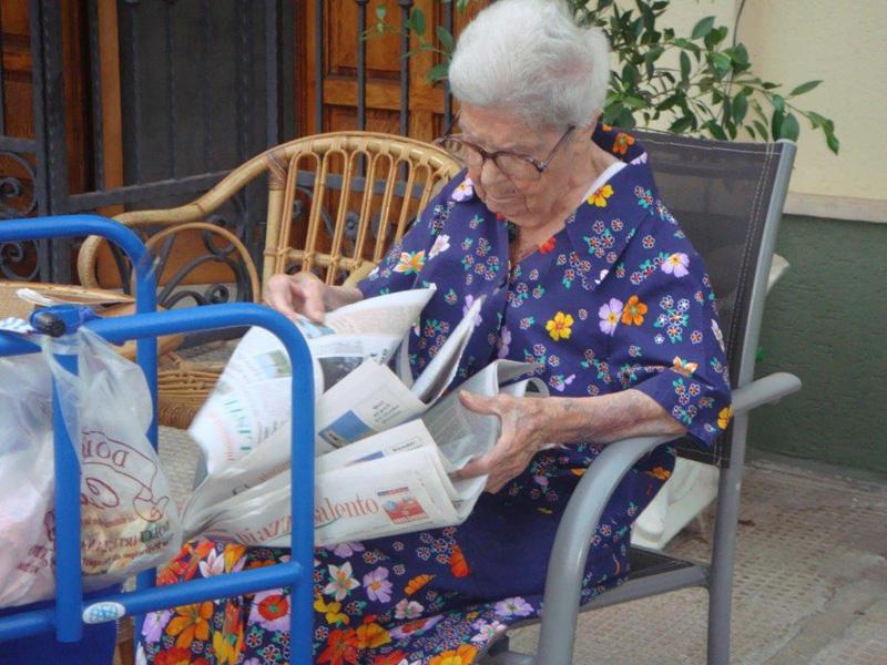 Lucia Stoppello, 103 anni di Alezio, mentre legge Piazzasalento