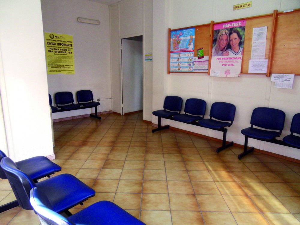 La sala della guardia medica. In basso Luciano Provenzano, dirigente dell'Unità operativa assistenza consultoriale del Distretto di Casarano della Asl
