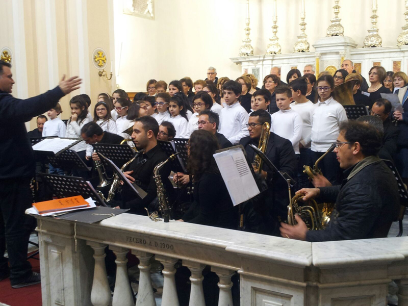 """Il coro parrocchiale e le voci bianche """"San Domenico Savio"""" con il gruppo bandistico di Taviano nella Matrice"""