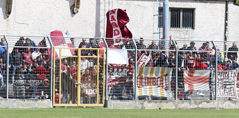 Nella foto di Daniele Nestola tifosi granata a Francavilla in Sinni, dove si svolgerà la prima gara dei play off