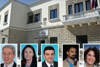 Sullo sfondo del Municipio la nuova Giunta: da sinistra: Salvatore Chiga, vicesindaco; Daniela Specolizzi, Alessio Meli, Graziano Greco, Maria Venere Grasso