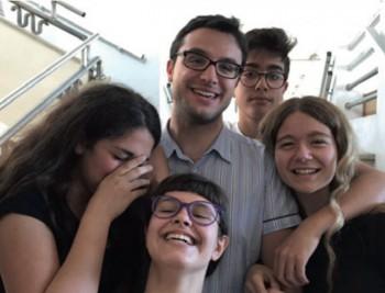 """Mastai con i suoi allievi del liceo classico """"Quinto Orazio Flacco"""" di Bari"""