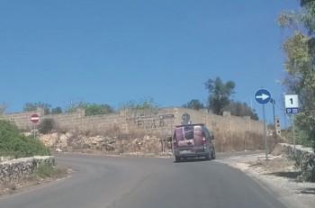 L'interruzione sulla strada che porta a Posto Racale e Mancaversa