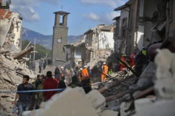 Terremoto-in-centro-Italia-le-immagini-di-Amatrice-distrutta-47-640x427