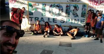 I ragazzi del clan Arcobaleno del Gruppo scout Casarano uno a Scampia tra il responsabile Lorenzo De Micheli (a sinistra) e don Angelo Casarano (a destra)