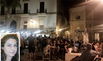 Piazza Umberto nel corso di una serata estiva. Nella fotina il vicesindaco Sonia Cataldo