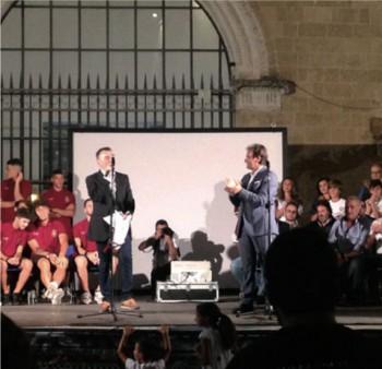 Il presidente Maurizio Fanuli durante la presentazione ufficiale della squadra in piazza Salandra: sarà ancora serie D per la rincorsa