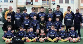 Il presidente Cosimo Esposito (seduto a sinistra con gli occhiali) con i suoi ragazzi: la Futura Nardò ha un occhio particolare per i soggetti disadattati e verso chi non si può permettere di praticare sport