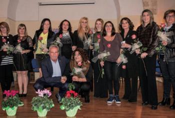 """In alto foto di gruppo per le undici """"Calendive"""" di Salve che hanno posato: Marianne, Jolanda, Manuela, Silvia, Ilaria Antonella, Adriana, Irene, Silvia e Rossella"""