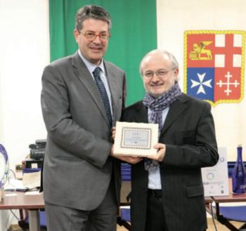 """Caroli Caputo e il direttore di """"Famiglia Cristiana"""" don Antonio Rizzolo, premiato nell'ambito di Figilo, il festival dell'informazione locale"""