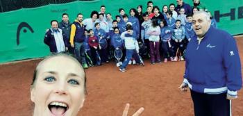 Gli allievi del Circolo nel selfie scattato dall'ex campionessa Mara Santangelo. I maestri Enrico Ranieri e Cosimo Pino sono, rispet- tivamente, a destra e sullo sfondo a sinistra