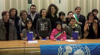 """Il baby sindaco Anna Rita Imperiale, al centro, al momento dell'elezione con compagni e insegnanti. Alle sue spalle il sindaco """"senior"""" Massimo Stamerra"""