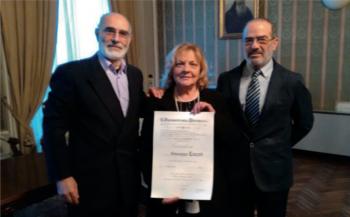 La signora Giuseppa Luceri tra il marito Salvatore Pisanello (a sinistra) e Giovanni Coluccia, presidente dell'Adovos Parabita