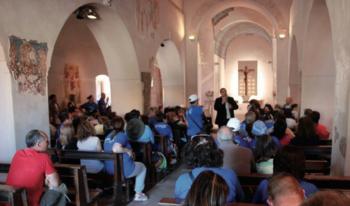 Turisti nella chiesa di Santa Maria della Croce a Casaranello