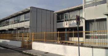 L'edificio in via di demolizione della scuola