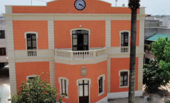 La sede del Palazzo comunale, poco distante dall'immobile appena acquistato come sede di poste, carabinieri e vigili urbani