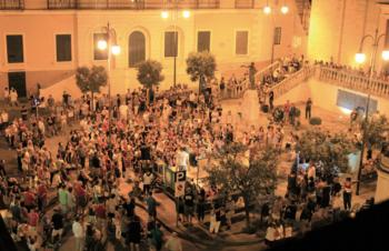 Piazza Vittorio Emanuele II gremita in una serata estata