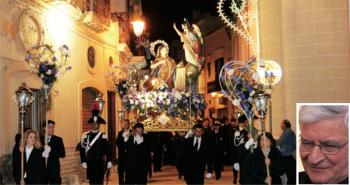 """TRADIZIONE E DEVOZIONE La processione della Madonna Annunziata (foto di Luigi Mighali) e il parroco don Emanuele Pasanisi. La festa patronale del 2017 si chiude con la musica della cover band dei Pink Floyd (""""Gli Hom"""") e di Stef Burns con i fuochi d'artificio della Pirotecnica Napoletana di Matino"""