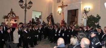 L'avvio del corteo religioso dal sagrato della chiesa dell'Immacolata (foto Pejrò). La processione del Venerdì Santo a Casarano ha oltre tre secoli di storia