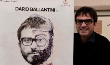 Dario Ballantini con il manifesto dello spettacolo dedicato a Lucio Dalla