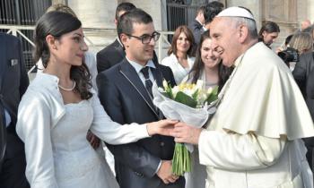 Papa Francesco saluta gli sposini a San Pietro